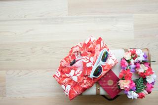 木製テーブルの上のピンクの花 アロハシャツ 海外旅行計画の写真・画像素材[1339811]