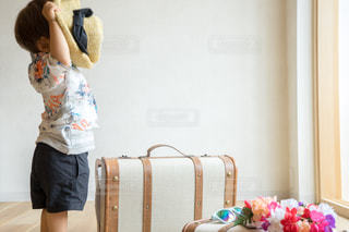 部屋に立っている女の子 子供 旅行計画の写真・画像素材[1339814]