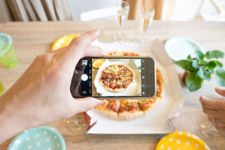 テーブルの上に食べ物のプレート スマホの写真・画像素材[1339818]