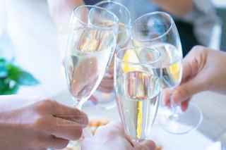 近くにワインのグラスを持っている人の乾杯の写真・画像素材[1339820]