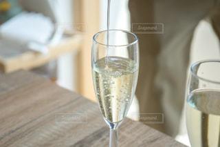 木製テーブルの上に座っているグラスワイン パーティーの写真・画像素材[1339826]