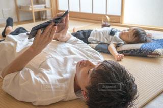 畳の上でお昼寝 スマホの写真・画像素材[1339838]