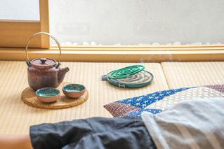 畳の上でお昼寝 子供 蚊取り線香の写真・画像素材[1339839]