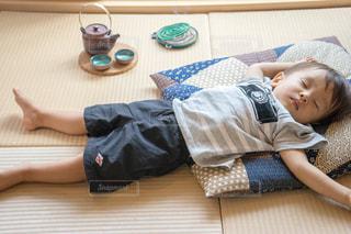 畳の上でお昼寝 座布団 蚊取り線香の写真・画像素材[1339840]