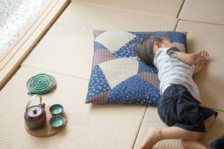 子供 畳の上でお昼寝の写真・画像素材[1339849]