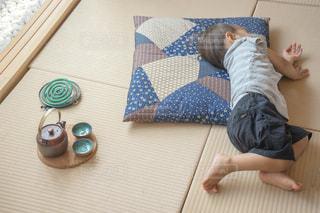 和室 畳の上でお昼寝の写真・画像素材[1339852]