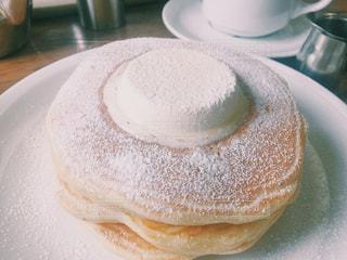 近くに皿の上のケーキのアップ パンケーキの写真・画像素材[1353999]