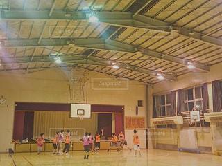 体育館でのバスケットボールの写真・画像素材[1354002]