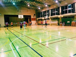 バスケットボールの試合体育館の写真・画像素材[1354004]