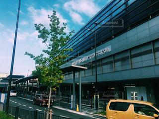 京都駅 建物の側に駐車した乗用車バスの写真・画像素材[1374451]