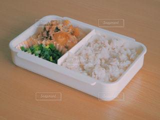テーブルの上に食べ物のトレイ お弁当の写真・画像素材[1374458]