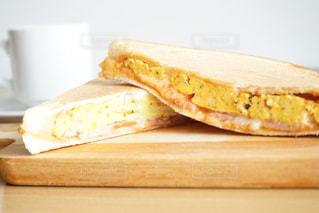 木製のまな板の上に座ってサンドイッチ タマゴサンドの写真・画像素材[1374492]