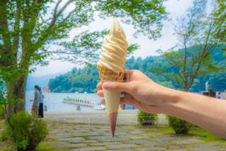 アイス クリーム コーンを持っている手 箱根湖のソフトクリームの写真・画像素材[1386349]