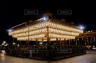 クロック タワーは夜ライトアップ 八坂神社の写真・画像素材[1410709]