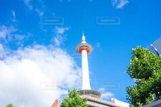 建物の上部に時計と大きな背の高い塔 京都タワーの写真・画像素材[1410710]