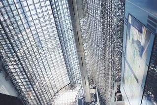近くにガラス建築のアップ 京都駅の写真・画像素材[1410713]