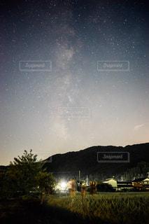 空山のフィールド 余呉湖の星空の写真・画像素材[1410724]
