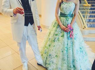 カメラに人立っているポー結婚式のドレスの写真・画像素材[1453394]