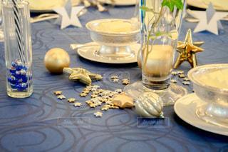 コーヒーとテーブルの上の水のガラスのカップの写真・画像素材[1457188]