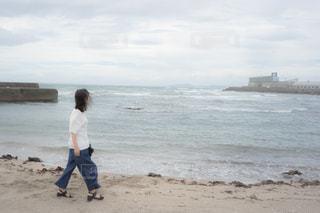 ビーチに立っている女性 失恋の写真・画像素材[1457198]