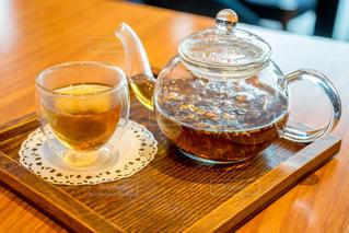 木製のテーブルの上に座ってコーヒー カップ 紅茶の写真・画像素材[1526317]
