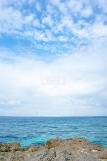 水の体の横にある岩のビーチ沖縄の久高島の写真・画像素材[1565114]