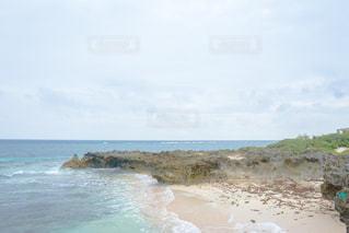 水の体の横にある砂浜のビーチ沖縄の久高島の写真・画像素材[1565116]