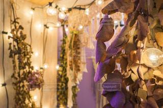 テーブルの上の花の花瓶 部屋の中のドライフラワーの写真・画像素材[1565124]