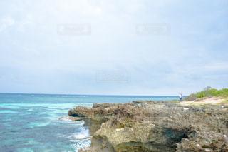 水の体の横にある岩の海岸沖縄の久高島の写真・画像素材[1565152]