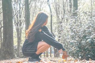 森の中の女性の写真・画像素材[1594943]