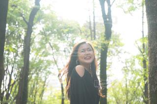 森に立っている女性の写真・画像素材[1594951]
