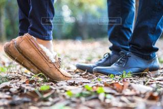 近くに青と赤の靴を履いて足のアップの写真・画像素材[1661347]