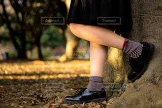 公園で待ち合わせする女子の写真・画像素材[1661349]