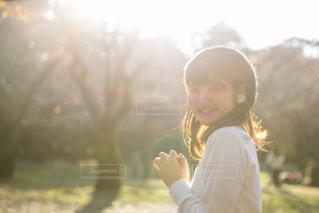 夕焼けの公園にいる女の子の写真・画像素材[1665390]