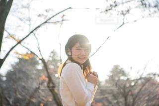 公園にいる女の子夕日の写真・画像素材[1665392]