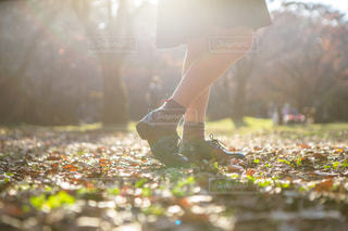公園に立つ女性の足元の写真・画像素材[1665395]