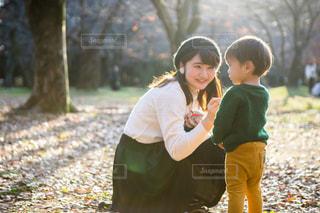 小さな男の子と公園にいる女の子の写真・画像素材[1665398]