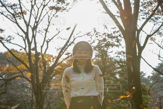 公園にいる女の子夕日の写真・画像素材[1665404]