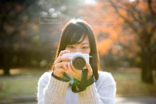 カメラを構える女子の写真・画像素材[1665407]