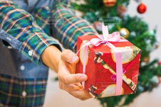 プレゼント交換するカップルの写真・画像素材[1669157]