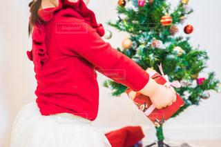 赤い花を着ている子供 クリスマスツリーの写真・画像素材[1669162]