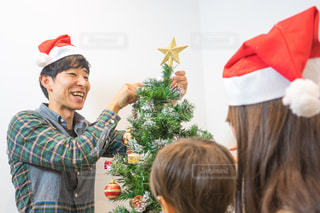 家族でクリスマスツリーの飾り付けする家族の写真・画像素材[1672649]