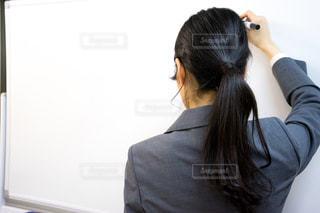 ホワイトボードに文字を書く人の写真・画像素材[1675756]