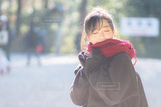 マフラーを巻く女子の写真・画像素材[1712011]