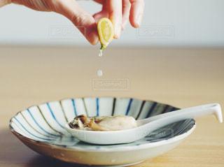 生牡蠣にすだちを垂らすの写真・画像素材[1729793]