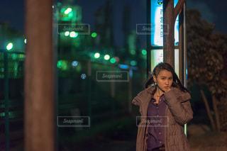 バス停の前に立つ女性の写真・画像素材[1846773]