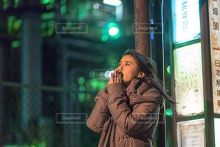 バス停の前で待ち合わせる女子の写真・画像素材[1846775]