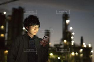 携帯電話を持っている男性の写真・画像素材[1846779]
