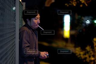 タバコを加える男性 スーツと携帯電話で話しているネクタイを身に着けている男の写真・画像素材[1846789]