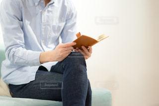 部屋で本読む人の写真・画像素材[1846798]